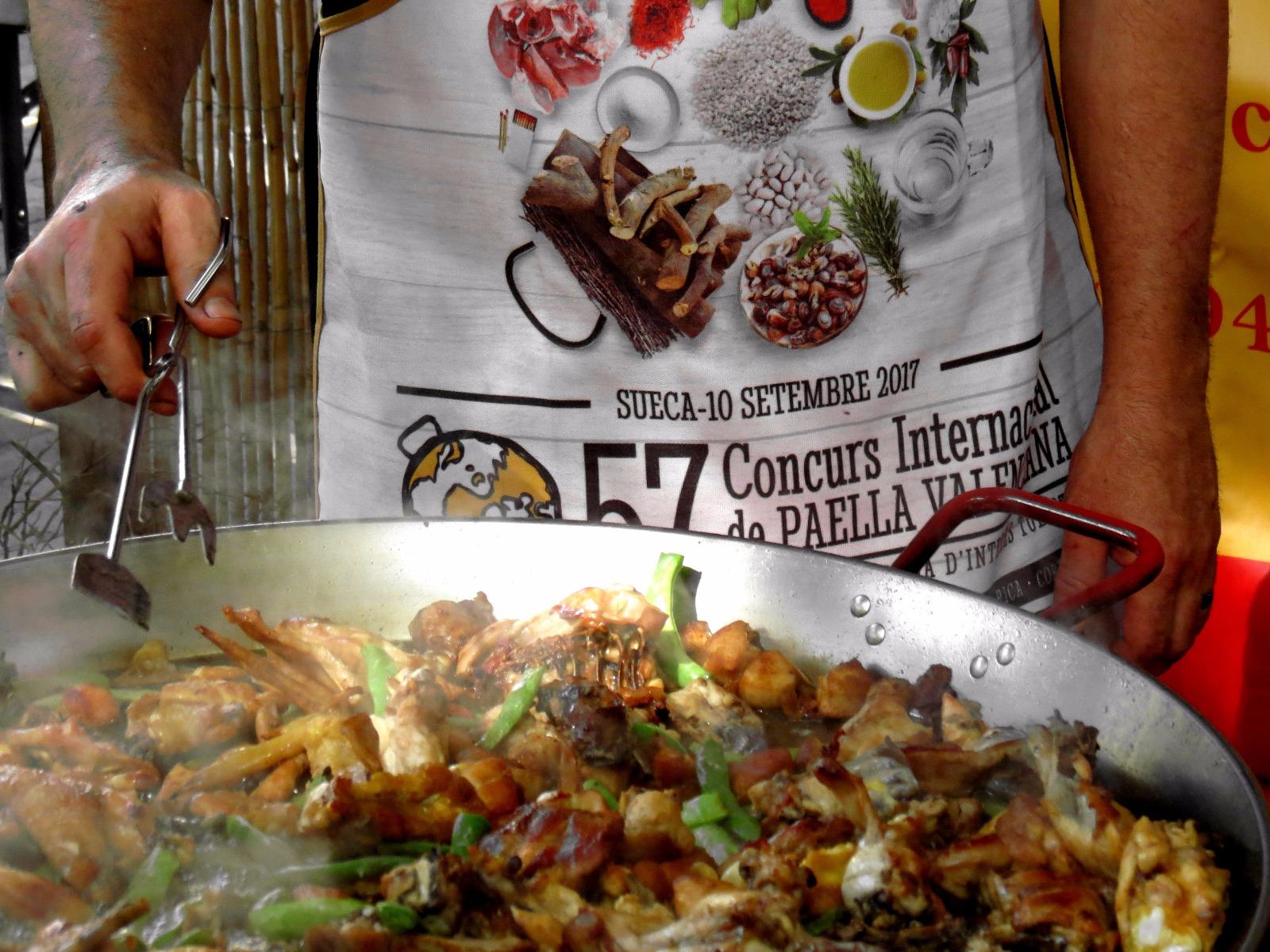 Momento del cocinado de la Paella