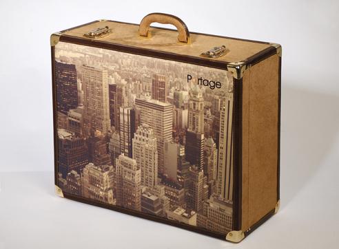 Maleta personalizada con imagen de sky line estilo vintage de Portage.