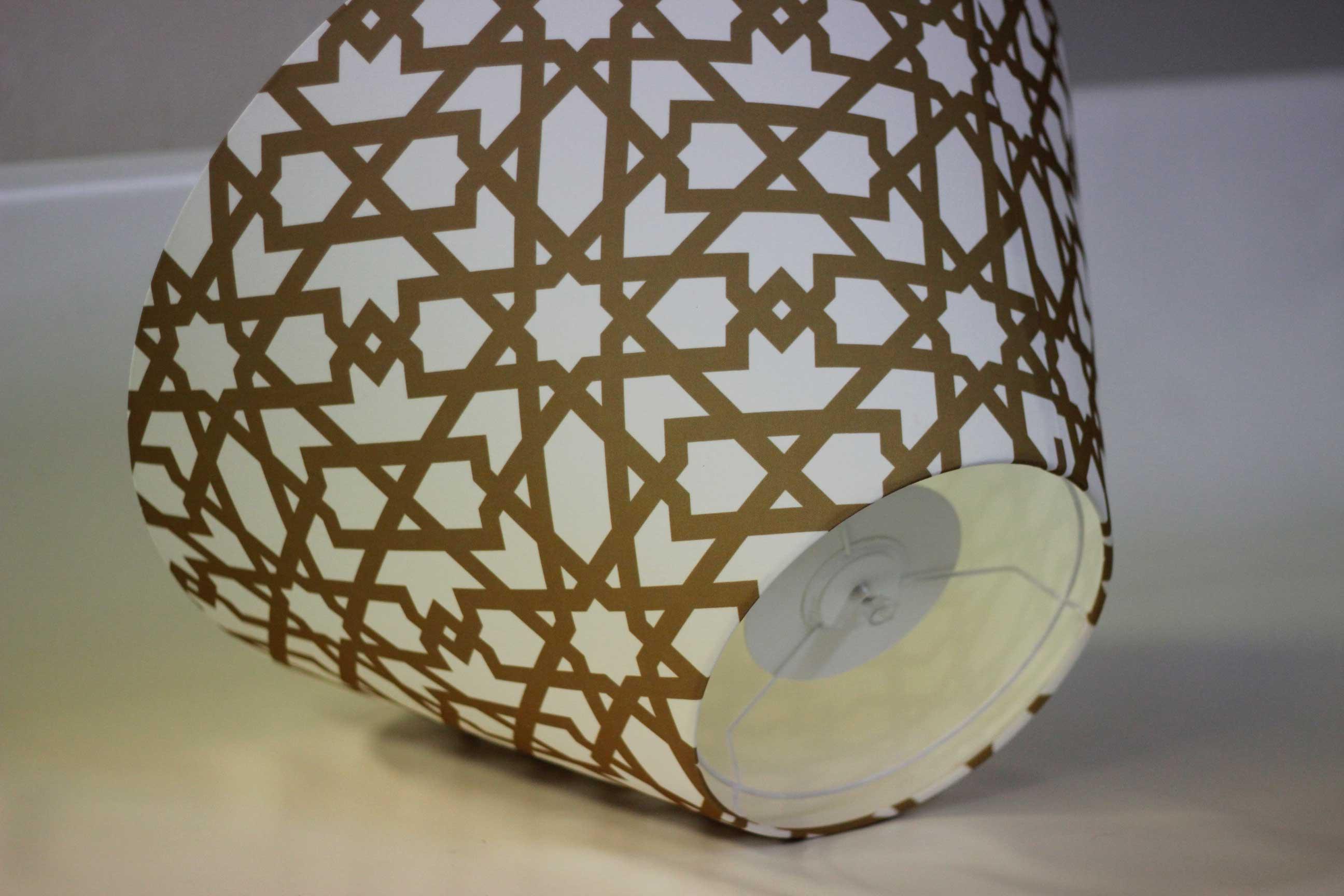 Pantalla para lampara personalizada con la imagen de la celosía de Cervezas Alhambra fabricada por Portage