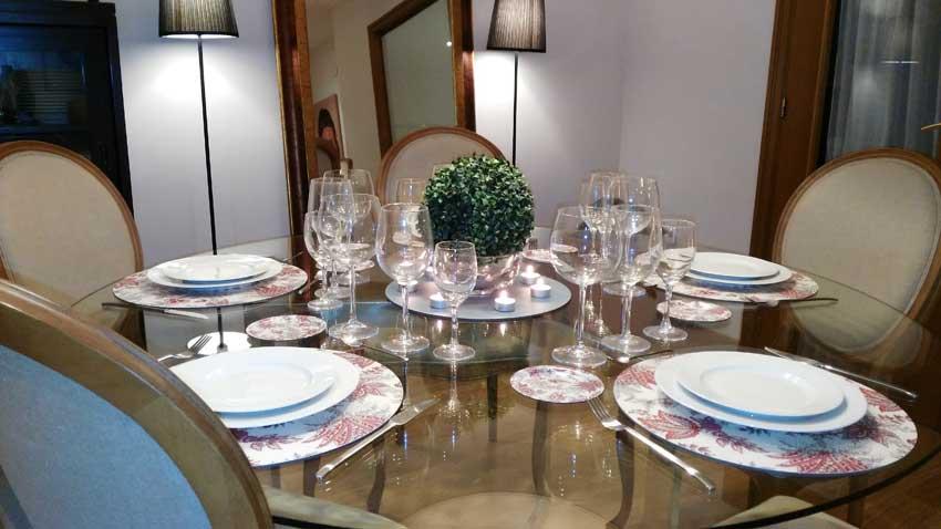 Mesa montada con bajo platos personalizados